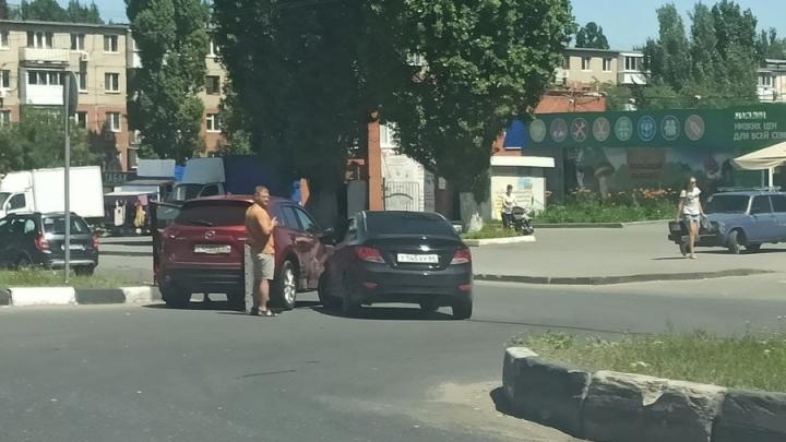 Две иномарки заблокировали движение на 6-м квартале в Саратове