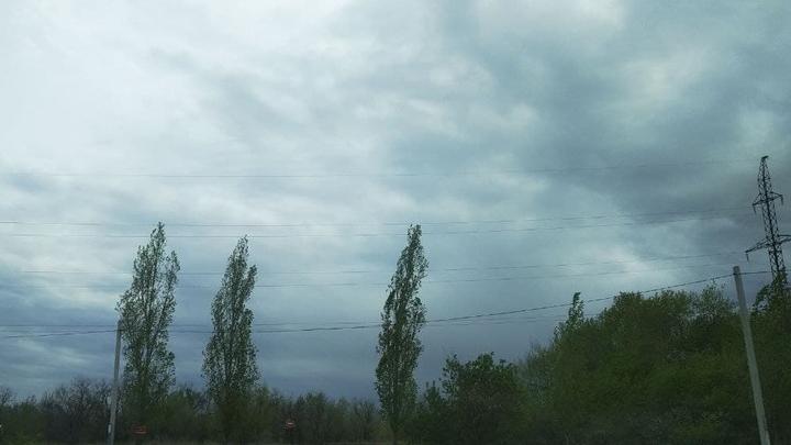 Шквалистый ветер не утихает в Саратовской области