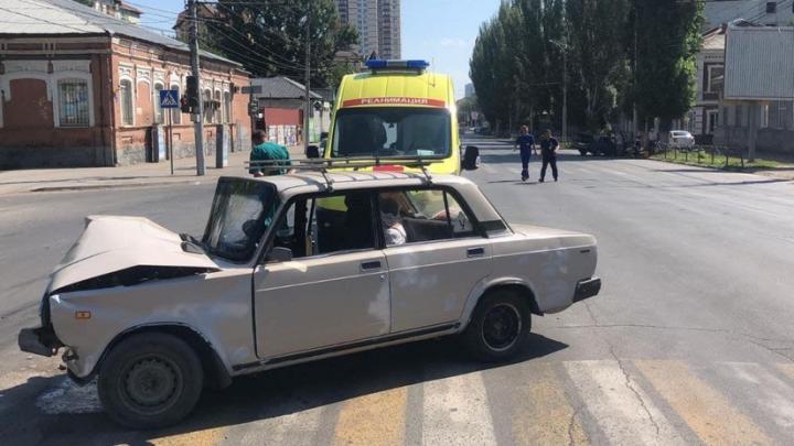 Две «семерки» столкнулись на Чернышевского в Саратове: есть пострадавший