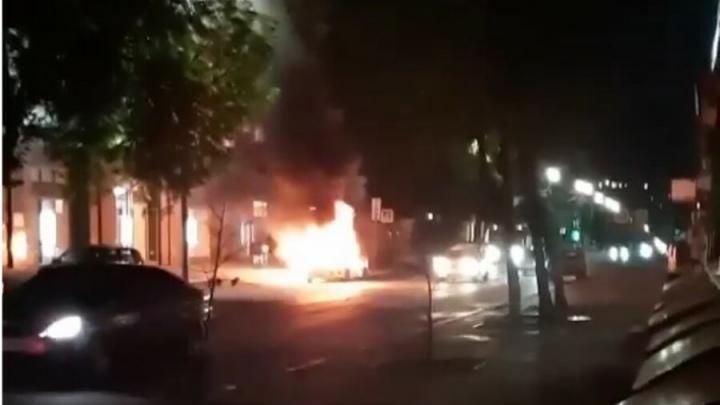 Такси Uber полыхал в центре Саратова | ВИДЕО