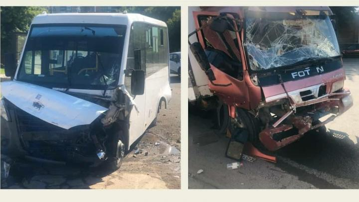 Маршрутка столкнулась с мусоровозом в Саратове: 11 пострадавших