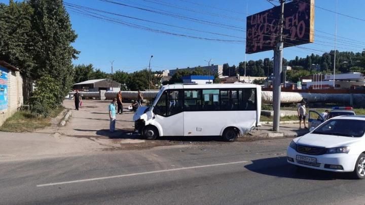 Шестеро саратовцев госпитализированы после столкновения мусоровоза и маршрутки
