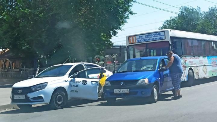 Иномарка оторвала дверь у такси около Набережной Космонавтов