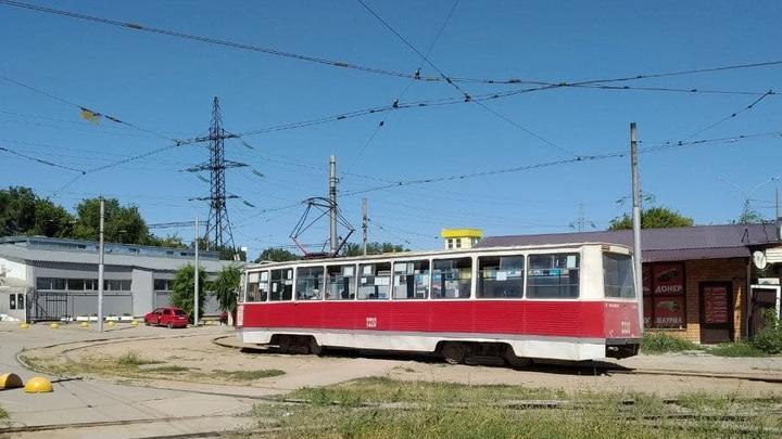 Трамвай № 11 встал на Танкистов в Саратове