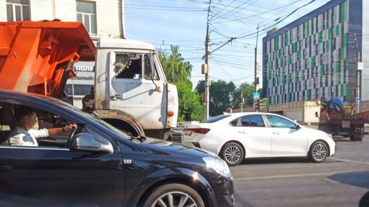 «КамАЗ» въехал в Kia на Чернышевского в Саратове