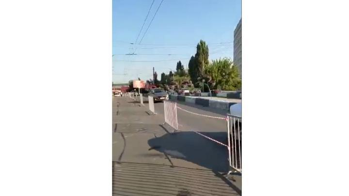На путепроводе после аварии с грузовиком открыто движение по трем полосам