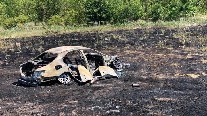 На трассе в Хвалынском районе сгорел Mercedes: погиб водитель