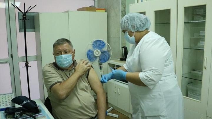 Председатель облдумы получил второй компонент вакцины от коронавируса