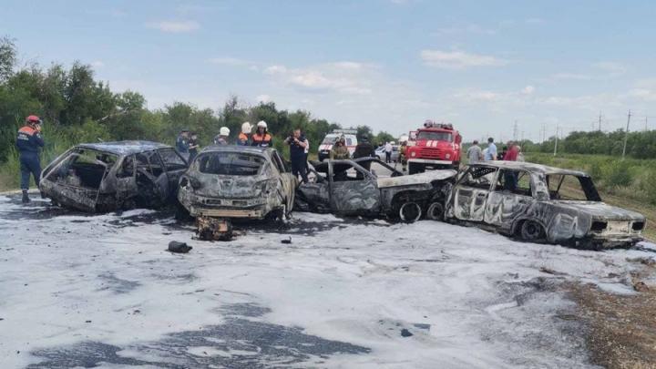 Четыре машины сгорели в массовом ДТП под Саратовом