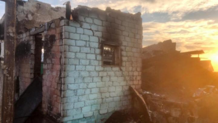 После ночного пожара в Балаковском районе возбуждено уголовное дело