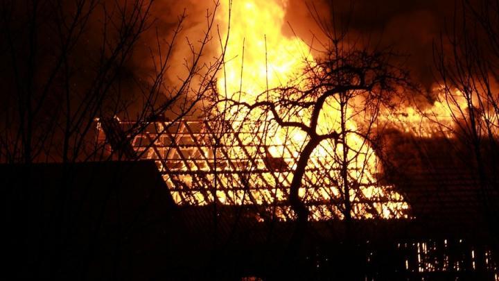 Неизвестные подожгли четыре сарая в Хвалынском районе