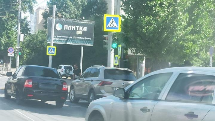 Две иномарки заблокировали движение по Чернышевского в сторону Московской