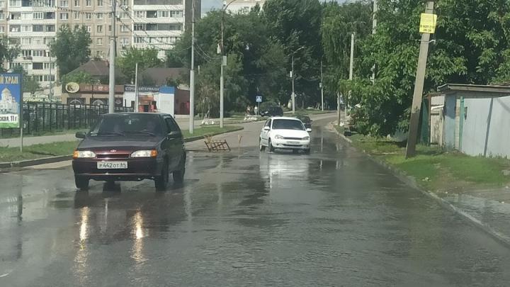 Потоп в Комсомольском поселке: на дороге провалился асфальт