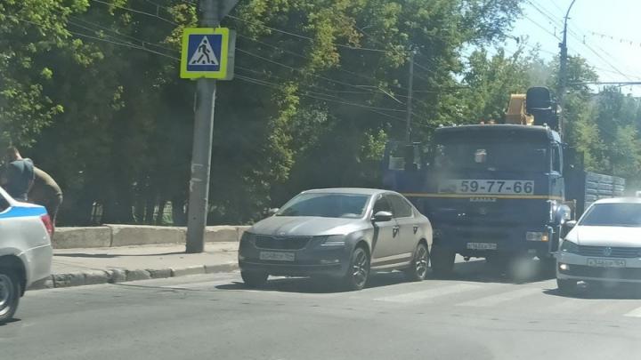 «КамАЗ» придавил Skoda на проспекте 50 лет Октября