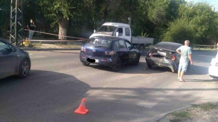 Вежливый водитель сбил женщину из-за не соблюдавшего дистанцию саратовца