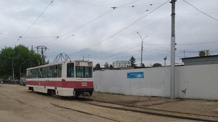 Трамвай № 11 застрял на улице Крайней в Саратове