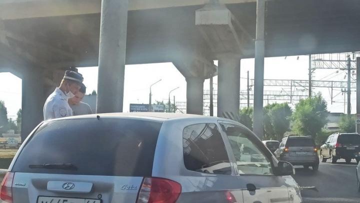 Две иномарки создали пробку под мостом в Ленинском районе