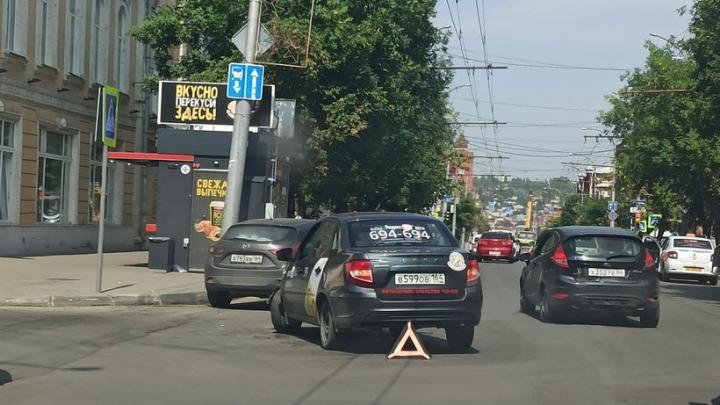 У театра оперы и балета в Саратове столкнулись Mazda и такси «Яндекс Go»