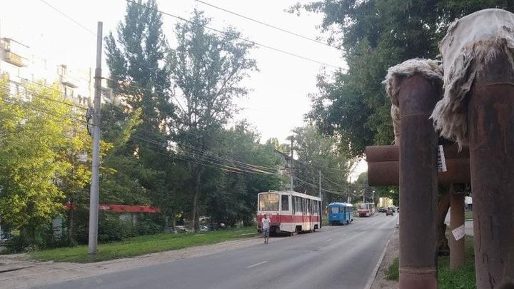 Трамвай № 7 встал у спортивного комплекса «Строитель» в Саратове