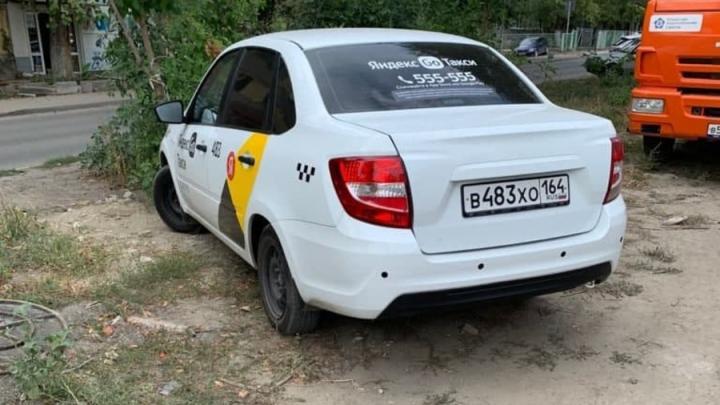 Такси помешала коммунальному ремонту на Ново-Астраханском шоссе