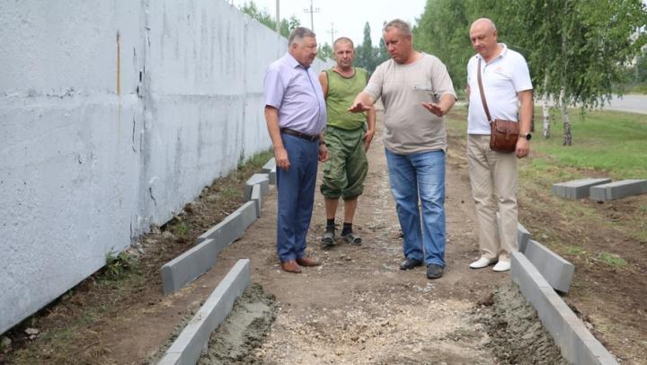 В Новобурасском районе продолжается ремонт тротуаров