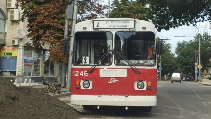 Сломавшийся троллейбус № 2 создал пробку у Дома быта в Саратове