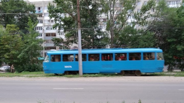 У «нового» голубого трамвая оторвало пантограф на Стрелке