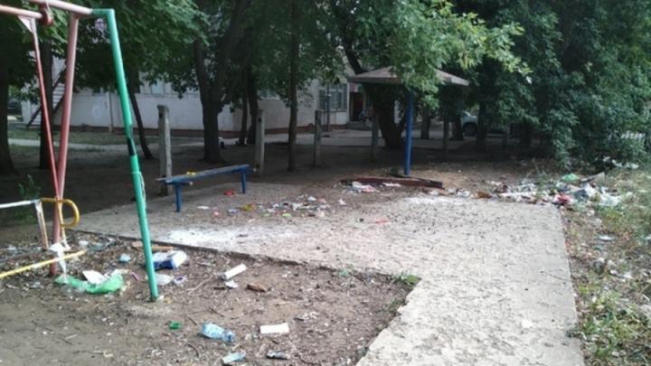 «Свинство» балаковцев на детской площадке возмутило горожан