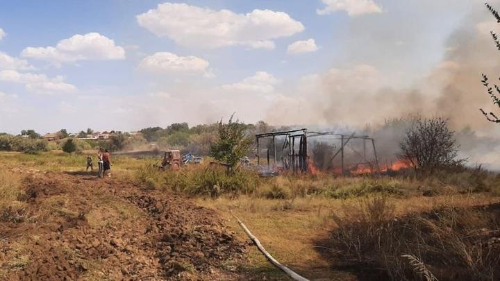 Пожар в Ершовском районе продолжается: сгорела заброшенная пилорама