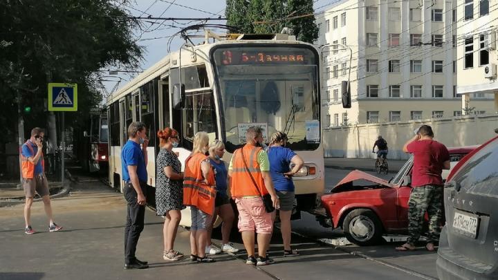 """""""Пятерка"""" врезалась в трамвай у Губернского рынка в Саратове"""