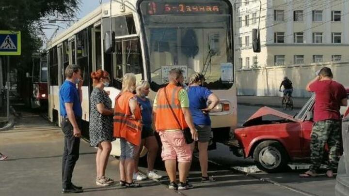 В утренней аварии с трамваем и «пятеркой» в Саратове пострадал пассажир трамвая
