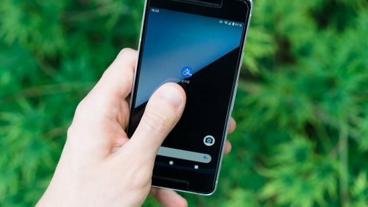 36-летний саратовец обокрал потерявшего телефон пенсионера