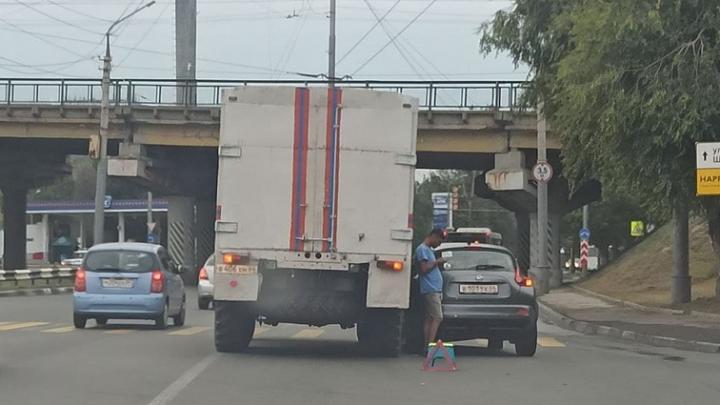 Грузовик МЧС раздавил «Жука» в Саратове