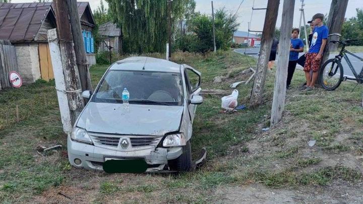 Лихач вылетел с дороги и протаранил дорожный знак и столб в Вольском районе
