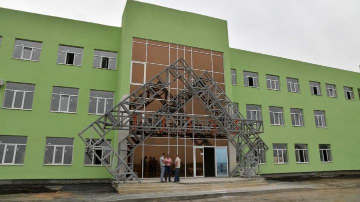 В новой инфекционной больнице в Саратове устанавливают лестницы