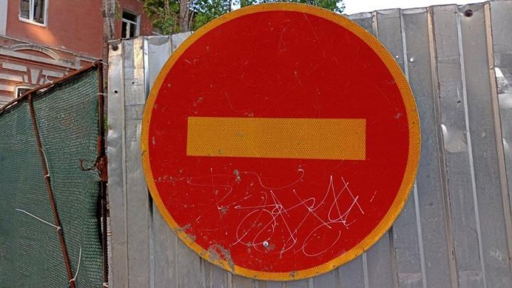 """""""Нива"""" врезалась в дерево в Калининске: пострадал пассажир"""