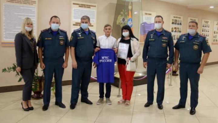 Саратовского школьника наградили футболкой за спасение 9-летнего мальчика