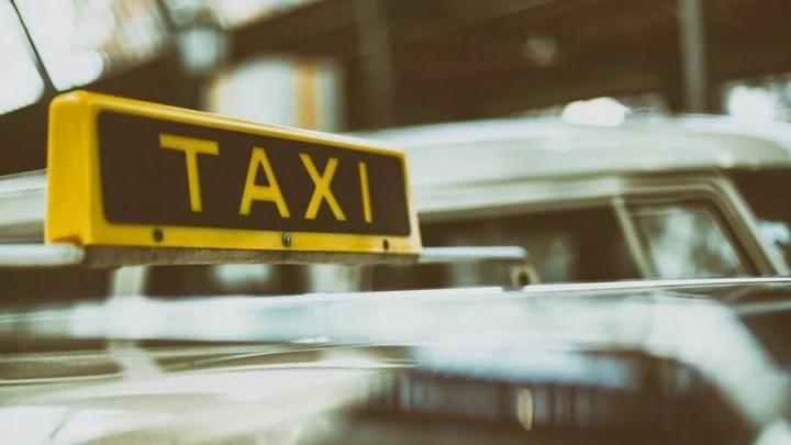 В Саратове таксист украл у пассажира деньги и телефон