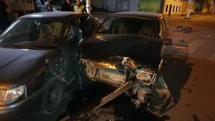 Девушка и парень пострадали при столкновении двух ВАЗов в Саратове