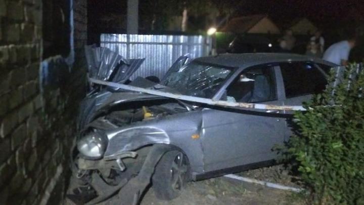 Водитель «Приоры» врезался в дом в Перелюбском районе: его пассажир доставлен в больницу