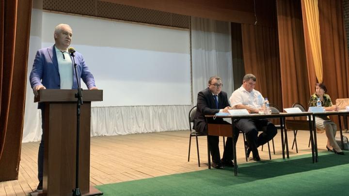 Алексей Антонов поблагодарил вернувшихся на малую Родину новых учителей Самойловского района и рассказал о предстоящей программе по капремонту школ
