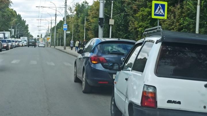 Opel и «Ока» парализовали проспект 50 лет Октября