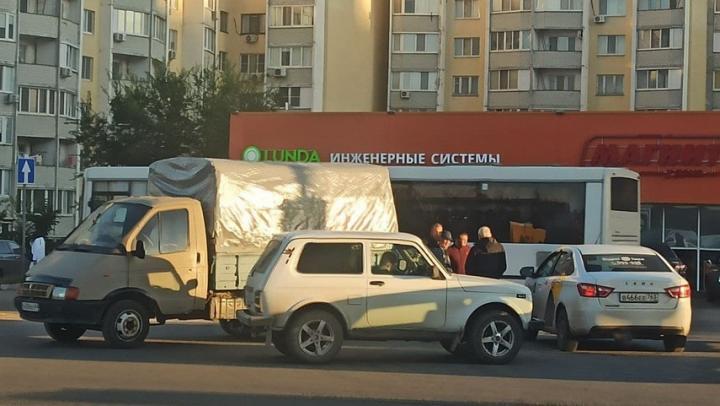 """На Тархова столкнулись """"Газель"""" и """"Яндекс Такси"""""""