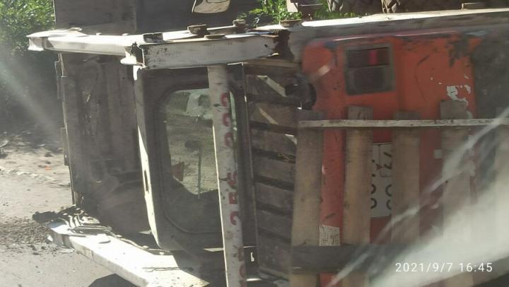 Перевернутый бобкэт затруднил движение на улице Мичурина
