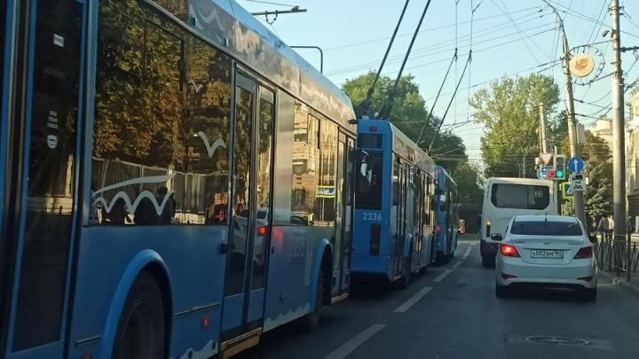 Саратовцы снова пошли пешком из-за вставших на Астраханской троллейбусов