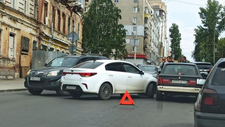 Автомобиль Kia протаранил старенький BMW на Радищева