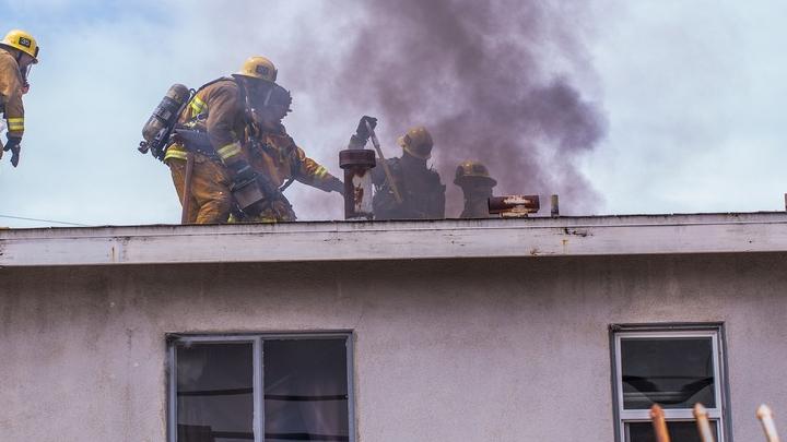 Двухэтажная заброшка на 4-м жилучастке объята огнем