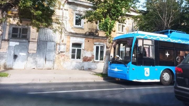 На Московской из-за обрыва сети скопились троллейбусы