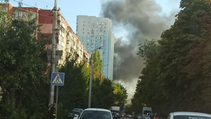 В центре Саратова поднимается густой дым