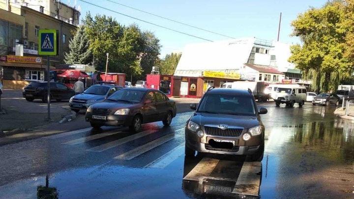 Пожилой водитель Skoda сбил на пешеходном переходе женщину